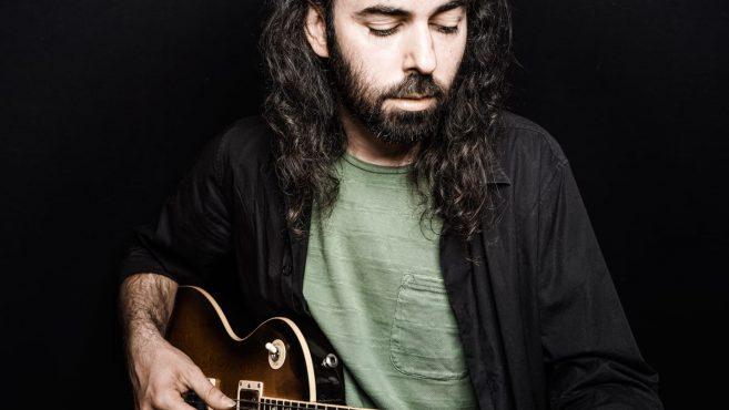 Juan Fernández Fernández tocando guitarra